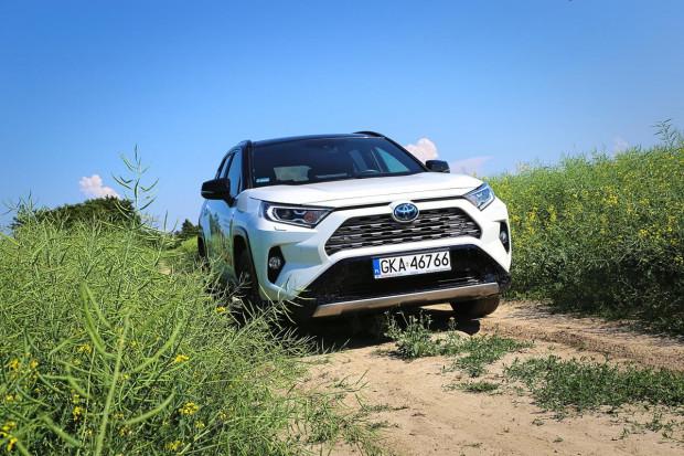 Cennik nowej Toyoty RAV4 w wersji benzynowej otwiera kwota 110 900 zł. Za hybrydę trzeba dopłacić 24 tys. zł.