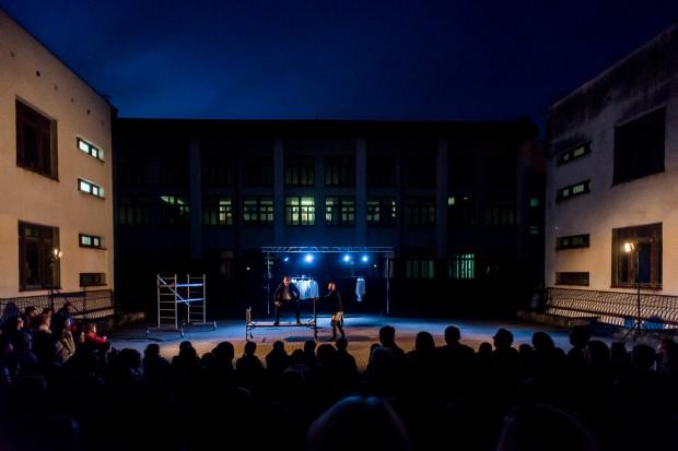 Na dziedzińcu Zespołu Szkolno-Przedszkolnego nr 4 na Karwinach podczas premiery pojawiło się bardzo wielu widzów. Dobrana przez organizatorów festiwalu sceneria dobrze współgra z poczuciem urzędniczego osaczenia.