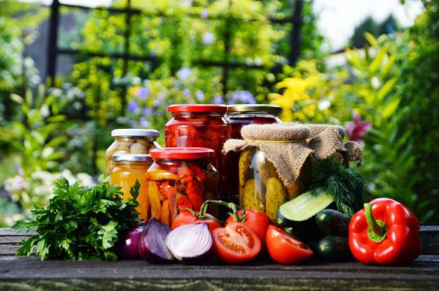 W naszej diecie powinno być mnóstwo warzyw. Latem do woli możemy czerpać z tych świeżych, ale warto też wykorzystać ich właściwości w przetworach.