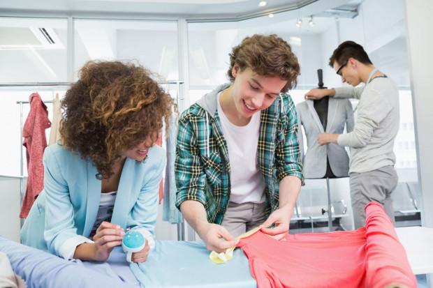 Wielu studentów próbuje złapać jakąkolwiek pracę, która ułatwi im awans lub poszukiwanie pracy ze względu na zdobyte doświadczenie.