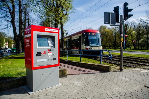 M.in. dzięki automatom biletowym i sprzedaży biletów przez aplikacje mobilne spada liczba sprzedawanych papierowych biletów przez motorniczych i kierowców. To przekłada się na ich większy komfort pracy i punktualność komunikacji miejskiej.