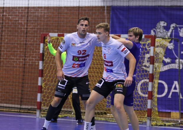 Bośniak Tarik Kasumović (nr 92) to jeden z trzech testowanych przez Wybrzeże rozgrywających. Z numerem 9 na zdjęciu Michał Frańczak.