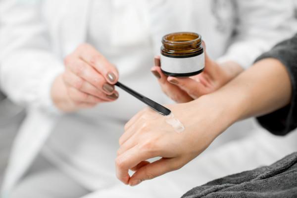 Najlepsza metoda przeciwdziałająca pojawianiu się przebarwień na dłoniach to smarowanie grzbietu dłoni kremami z wysokimi filtrami.