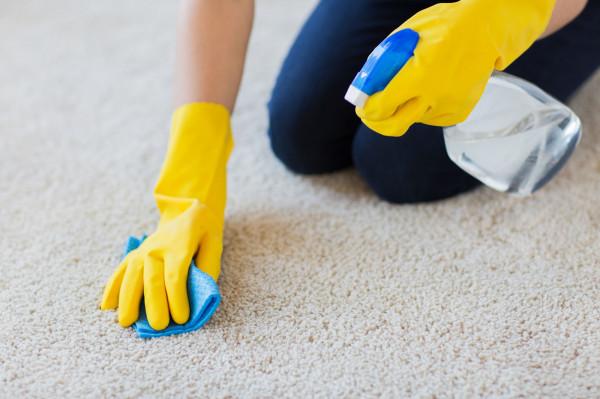 Dermatolodzy zalecają, by używać rękawiczek za każdym razem, gdy nasza skóra ma kontakt z jakimikolwiek detergentami.