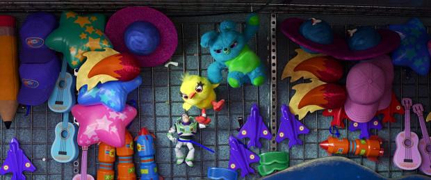 W czwartej części kultowej animacji poznajemy nowych bohaterów, którzy z miejsca zyskają naszą sympatię. Szkoda jedynie, że tym razem stare zabawki zostały nieco odstawione w kąt. Poza dość niemrawym pierwszym kwadransem to właściwie dwa jedyne, niewielkie mankamenty nowego epizodu.