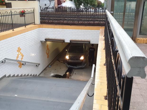 Auto w tunelu pod torami kolejowymi w ciągu ul. Bohaterów Monte Cassino.