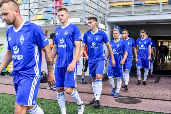Mateusz Węsierski (trzeci od lewej) do Bałtyku Gdynia został wypożyczony z Arki Gdynia. Napastnik liczy, że w III lidze będzie mógł się wybić.