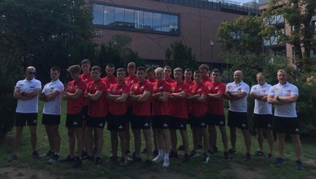 Reprezentacja Polski do lat 18 w rugby 7 wraz ze sztabem trenerskim.