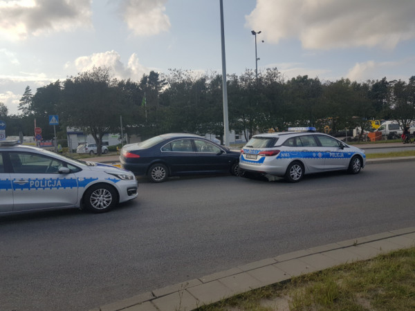 Po pościgu policjanci zatrzymali pijanego kierowcę, który wcześniej próbował potrącić jednego z nich.