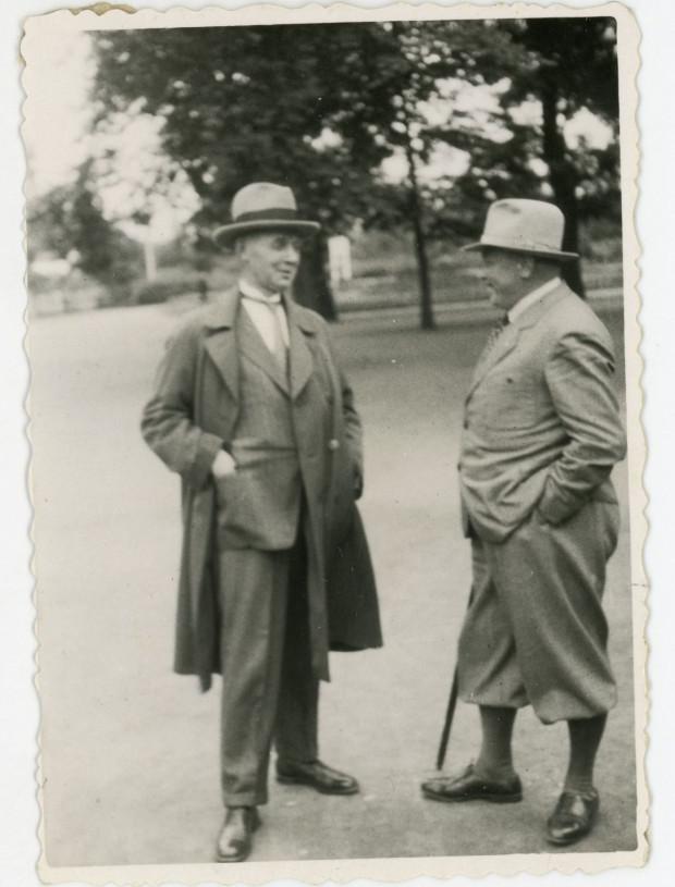 Jan Kamrowski (z lewej) oraz przewodniczący Komitetu Rodzicielskiego Karol Filar, 8.03.1935 r. Ze zbiorów Muzeum Miasta Gdyni.