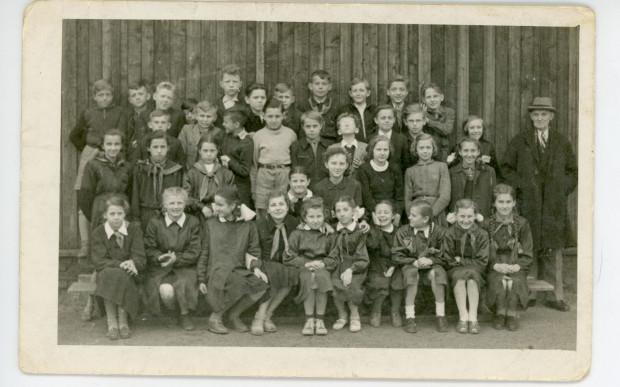Jan Kamrowski (z prawej) z uczniami Szkoły Podstawowej nr 21 w Gdyni, fot. nieznany, 1955 r. Ze zbiorów Muzeum Miasta Gdyni