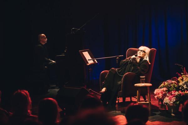 Na scenie towarzyszy jej pianista Wojciech Borkowski.