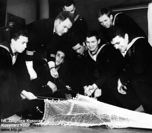 Zdjęcie z 1963 r. Uczniowie pierwszego roku Wydziału Nawigacyjno-Połowowego Szkoły Rybołówstwa Morskiego w Gdyni zapoznają się z budową sieci, czyli trawlerowego włoka śledziowego przed swoim pierwszym rejsem na Morze Północne.