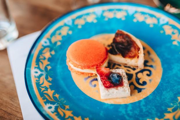 """Podczas wieczoru wybornych deserów gościom podano trzy rodzaje słodkości. Na zdjęciu znajduje się pierwszy deser, inspirowany """"cafe gourmand"""", czyli sposobem spędzania popołudni we francuskich kawiarniach."""
