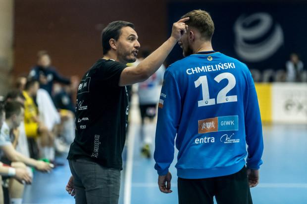 Wybrzeże Gdańsk przegrało wszystkie sparingi przed startem PGNiG Superligi. Trener Thomas Orneborg (z lewej)  przyznaje, że wiąże się to ze zmianami personalnymi oraz w strategii funkcjonowania drużyny.
