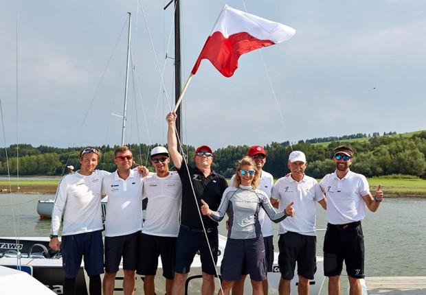 Polscy żeglarze świętują zdobycie złota i srebra podczas mistrzostw świata 2019 w klasie Micro.