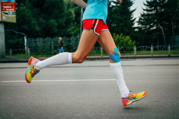 Kolorowe taśmy mają szerokie zastosowanie wśród sportowców. Korzystają z nich m.in. piłkarze, koszykarze, siatkarze, tenisiści, lekkoatleci.