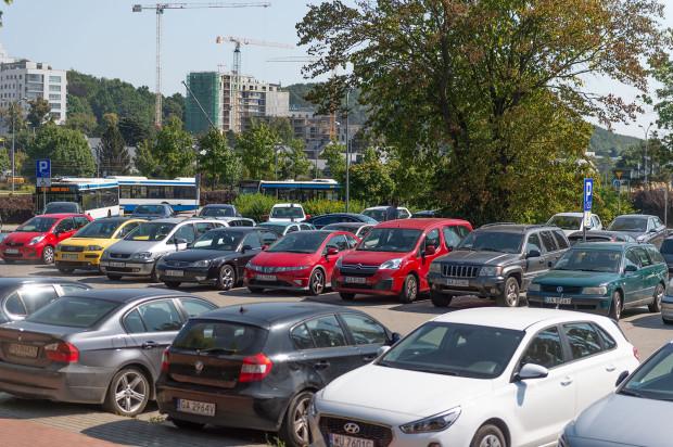 Przedstawiciele wypożyczalni obiecali, że ich auta wkrótce zostaną przeparkowane i zwolnią miejsca na publicznym parkingu w Redłowie.