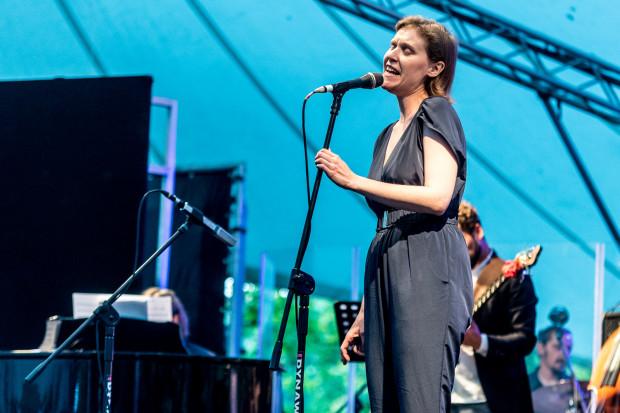 Gaba Kulka zaśpiewa na koncercie dla mieszkańców w Operze Leśnej.