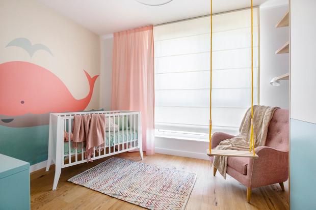 Pokój dziecka powinien być urządzony w taki sposób, by reagować na jego potrzeby. Gdy dziecko urośnie, w miejscu łóżeczka może pojawić się większe łóżko.