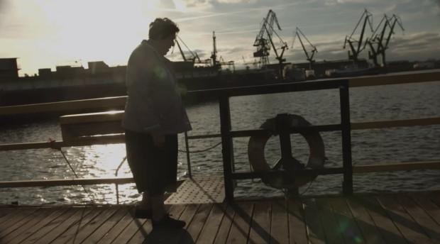 """""""Stoczniowcy. Ludzie z tła"""" to dokumentalna historia ośmiu byłych pracowników Stoczni Gdańskiej, którzy po kilkudziesięciu latach wspominają przed kamerą swoje zaangażowanie w robotnicze strajki i powstanie """"Solidarności""""."""