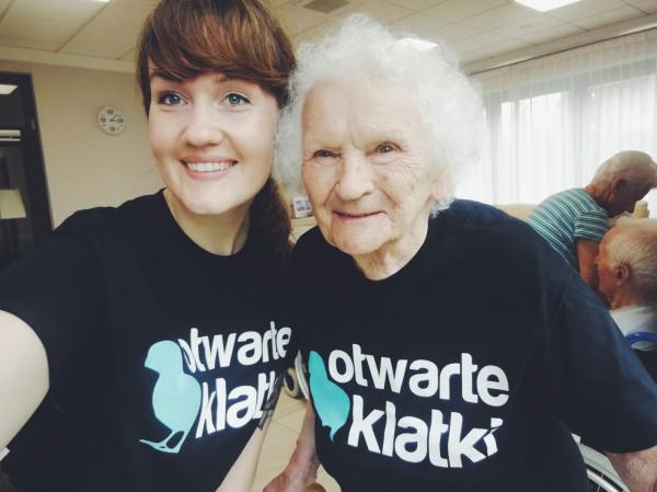 Weronika Pochylska ze Stowarzyszenia Otwarte Klatki z panią Ireną Gajewską.
