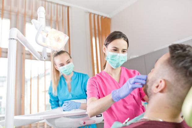 Technik dentystyczny to odpowiedzialny zawód, ponieważ wiąże się z ochroną zdrowia pacjentów, dlatego aby móc nim zostać, należy uzyskać państwowy dyplom potwierdzający kwalifikacje i uprawniający do wykonywania zawodu.