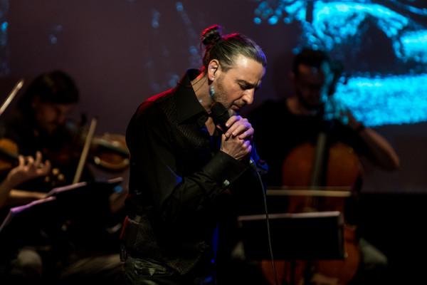 Reżyserem spektaklu i wykonawcą piosenek po polsku, w języku niemieckim, po hebrajsku i w jidysz jest André Hübner-Ochodlo.