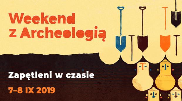 """Na plakacie """"Weekendu z archeologią"""" 2019 widać szpadle oraz urny twarzowe. Muzeum Archeologiczne w Gdańsku może się pochwalić największą w Polsce kolekcją popielnic należących do kultury pomorskiej."""