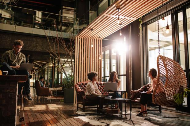 W nowoczesnych biurach coraz częściej pojawiają się pufy, huśtawki i inne elementy wystroju sprzyjające odpoczynkowi.