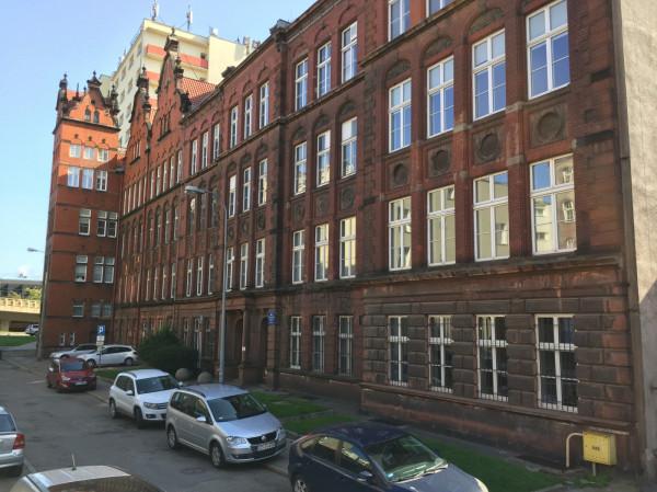 Budynek dawnej szkoły Victoriaschule (przy dzisiejszej ul. Kładki) we wrześniu 1939 r. był wykorzystywany jako więzienie dla Polaków.