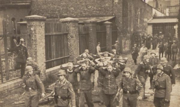 Obrońcy Poczty Polskiej wyprowadzani z budynku po walkach. 38 z nich Niemcy rozstrzelali niecały miesiąc później.
