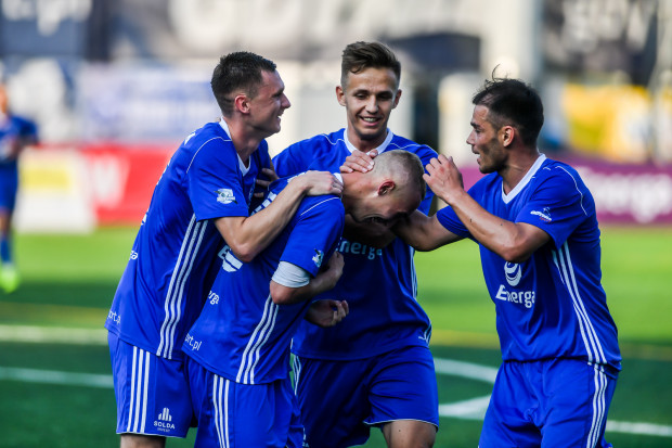 Mateusz Gułajski odbiera gratulacje od kolegów po golu, który dał zwycięstwo Bałtykowi Gdynia nad KP Starogard Gdański 1:0.