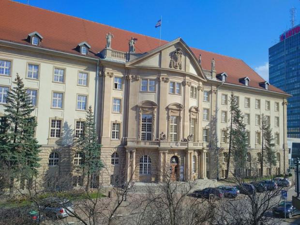 Historyczny gmach Dyrekcji Kolei przy ul. Dyrekcyjnej w Gdańsku.
