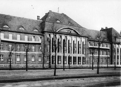 Dom studentów Bratniak udekorowany polskimi flagami i transparentami. Zdjęcie wykonane w roku 1935, ze zbiorów Biblioteki Gdańskiej PAN.