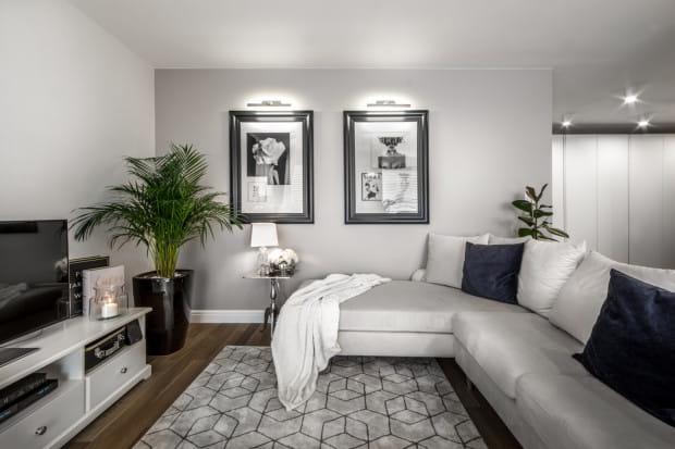 Oświetlenie jest ważnym elementem we wnętrzach w stylu glamour. Światłem łatwo podkreślić elementy dekoracyjne, a stojące lampy są ozdobą same w sobie.