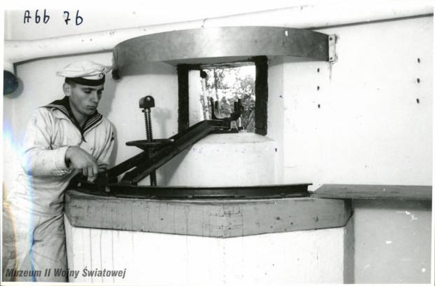Niemiecki marynarz przy jednej z podstaw fortecznych dla (na zdjęciu zdemontowanego) ciężkiego karabinu maszynowego, prawdopodobnie w kabinie bojowej Wartowni nr 1. Ze zbiorów Muzeum II Wojny Światowej