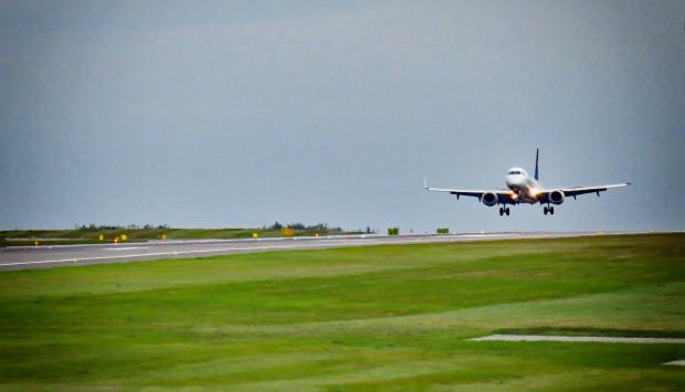Hałas generowany podczas startów i lądowań samolotów może być podstawą do ubiegania się o odszkodowanie dla mieszkających w pobliżu lotniska.