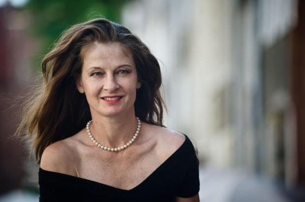 """Beata Poźniak w połowie lat 80. wyjechała do USA, gdzie zagrała w kilkudziesięciu filmowych i serialowych produkcjach. Jej największym artystycznym dokonaniem jest występu u Olivera Stone'a w dramacie biograficznym """"JFK""""."""