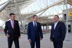 Gościem ceremonii wieszania wiechy był premier Donald Tusk. Po lewej prezes Portu Lotniczego Gdańsk Tomasz Kloskowski, po prawej minister Tomasz Arabski.