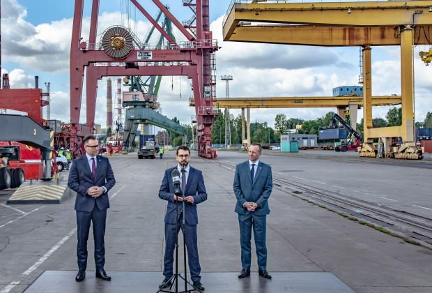 Statki Samskip będą wpływały do Portu Gdańsk raz w tygodniu. Na zdjęciu: Radosław Stojek, prezes PGE, Filip Chajęcki, dyrektor zarządzający Samskip w Polsce oraz Marcin Osowski, wiceprezes Zarządu Morskiego Portu Gdańsk ds. Infrastruktury.