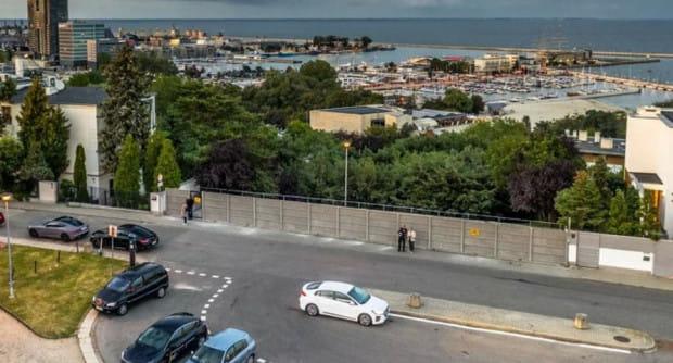 Dostęp do punktu widokowego na Kamiennej został ograniczony przez płot, zaś teren został oznaczony jako prywatny.