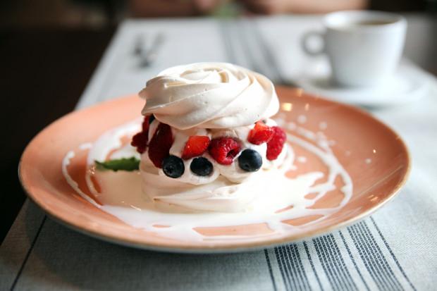 Tort bezowy Pavlova ze świeżymi owocami i sosem waniliowym