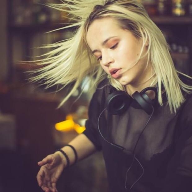 """Rave Kitten: Istnieje odmienne spojrzenie na kobiety DJ. Z jednej strony """"fajnie popatrzeć"""", z innej dostaje się zewsząd komentarze sugerujące, że jednak """"dziewczyny mają łatwiej i nie muszą nic umieć""""."""
