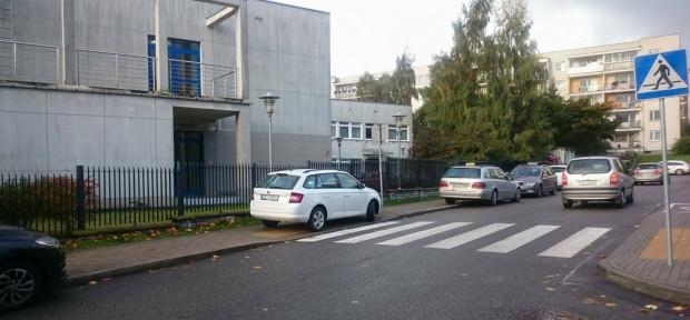 Kierowcy nie mają problemu nawet z parkowaniem na przejściu dla pieszych. Na zdjęciu ul. Staffa, tuż przy przedszkolu.