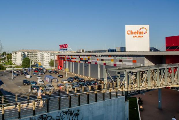 Tesco na Chełmie działa od 2008 roku, ale wiele wskazuje na to, że wkrótce przejmie je sieć Kaufland.