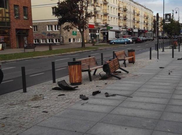 Zniszczona ławka i śmietnik po uderzeniu samochodu na ul. Rajskiej w Gdańsku.