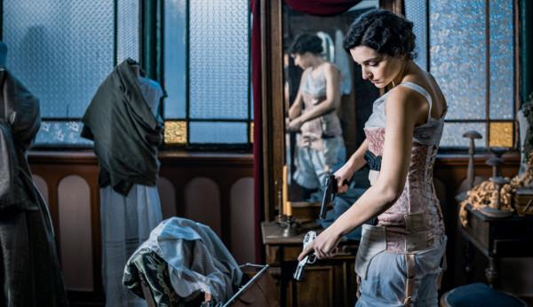 Jednym z wielu niedopracowanych wątków w filmie są miłosne relacje Piłsudskiego z żoną (Magdalena Boczarska) i kochanką (Maria Dębska). W konsekwencji obie aktorki mają niewiele do zagrania.