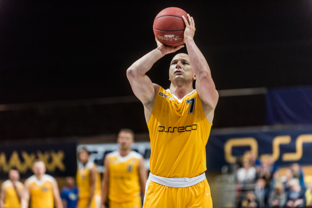 Trafienie Krzysztofa Szubargi z linii rzutów wolnych w ostatniej sekundzie zapewniło zwycięstwo gdyńskiej drużynie w przed sezonowym meczu kontrolnym.