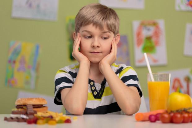 Groźną konsekwencją otyłości są również zaburzenia emocjonalne. Otyłe dziecko czy nastolatek narażony jest częściej na docinki ze strony swoich rówieśników, co skutkować może gorszym nastrojem oraz mniejszą pewnością siebie.
